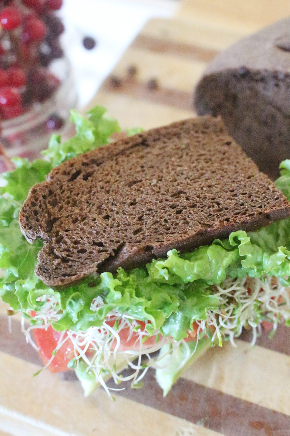 sandwich aux légumes au pain brun fait maison